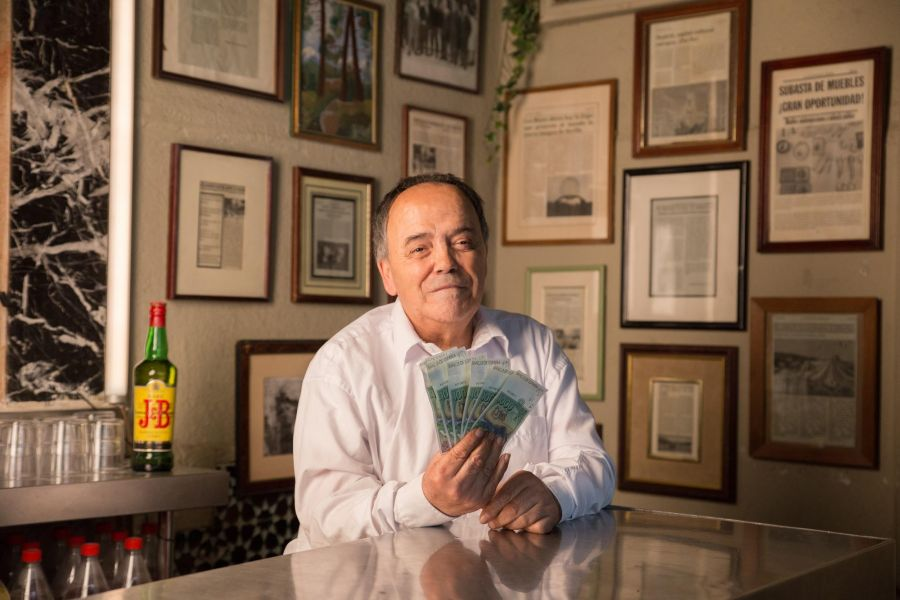 JB paga las 6000 pesetas de whisky a Cañita Brava
