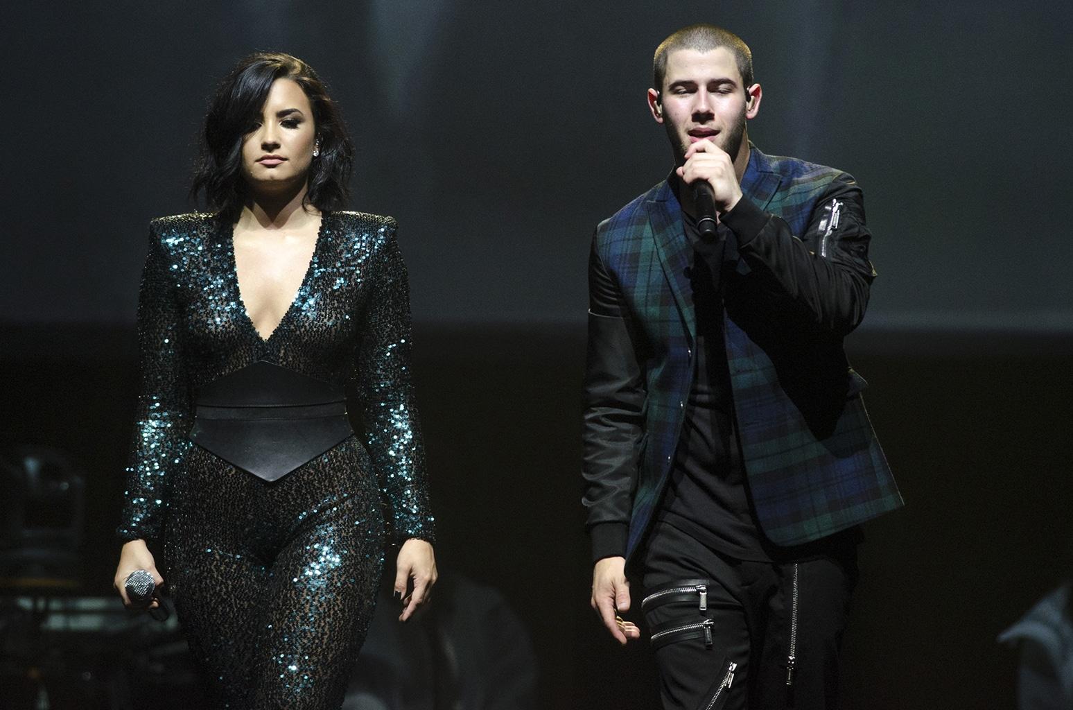 Demi Lovato junto a Nick Jonas durante un concierto de su gira conjunta en 2015